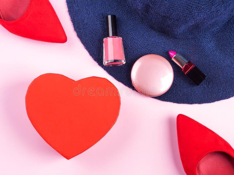 Розовая квартира кладет с красной подарочной коробкой сердца стоковые фото