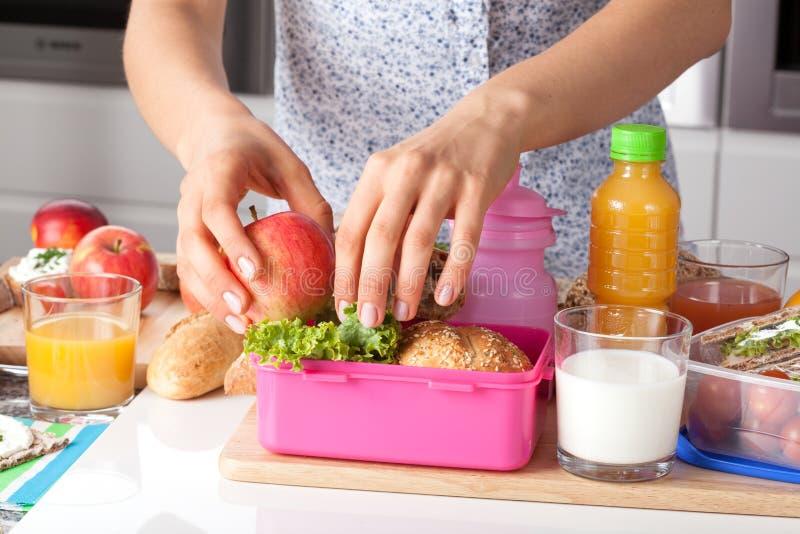 Розовая коробка для завтрака для маленькой девочки стоковая фотография