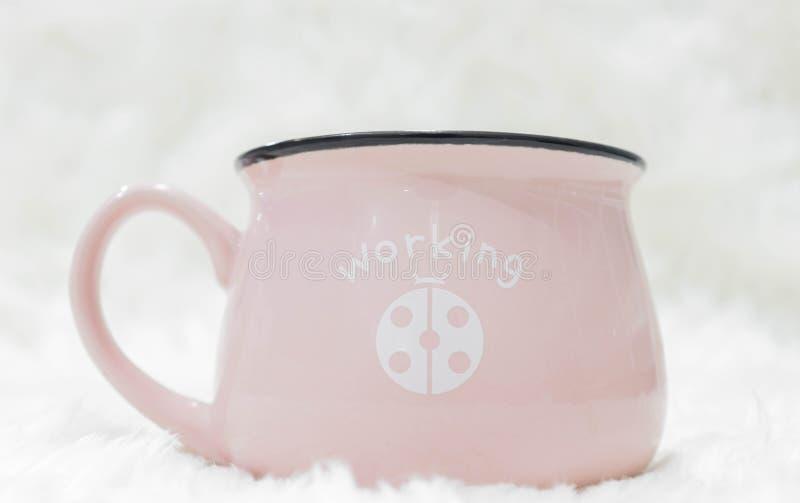 Розовая кофейная чашка, белая предпосылка стоковое изображение rf