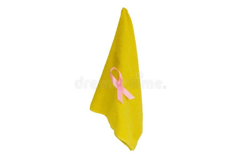 Розовая лента на полотенце, символе осведомленности против рака молочной железы, изолированном на белой предпосылке стоковое изображение rf
