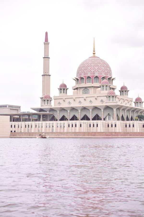 Розовая мечеть около озера Putra, Путраджайя Masjid стоковое фото rf