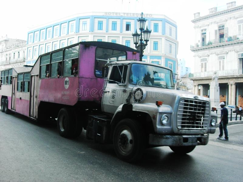 Розовая подлинная столичная шина в Ла Гаване Образ жизни Кубы городской стоковое фото rf