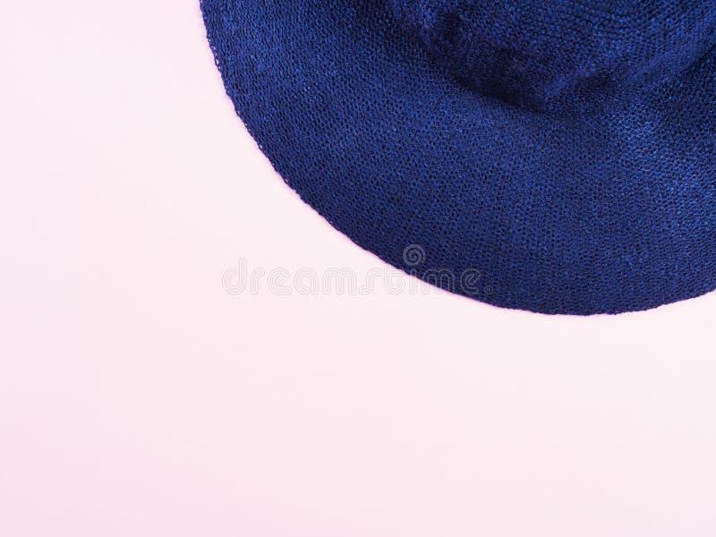 Розовая предпосылка с женской шляпой стоковые изображения