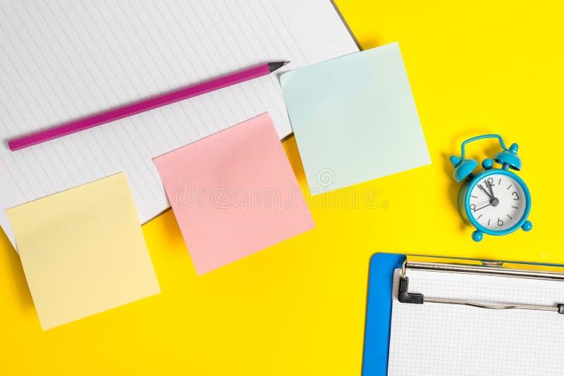 Розовая пустая бумага на желтой таблице с карандашем Плоское положение над таблицей с чистыми листами бумаги с космосом экземпляр стоковые изображения