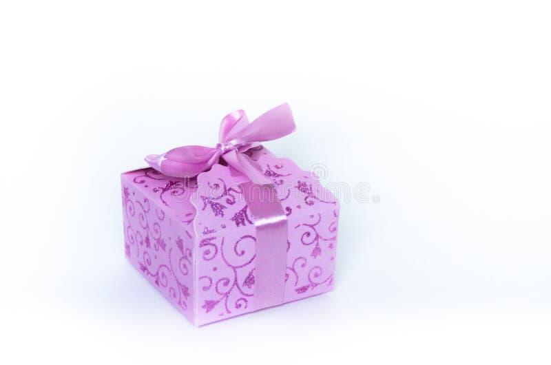 Розовая сияющая подарочная коробка на белой предпосылке стоковые фотографии rf