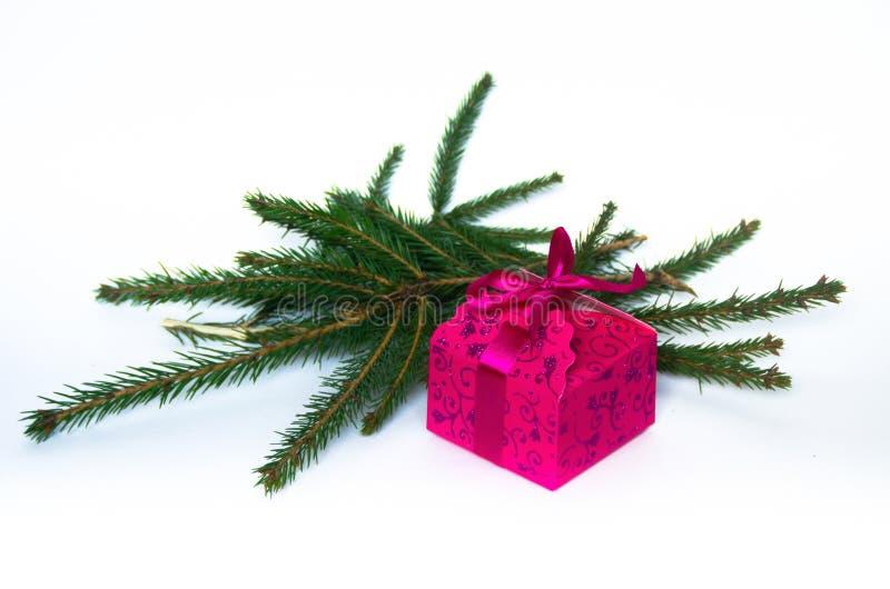 Розовая сияющая подарочная коробка на белой предпосылке стоковое фото