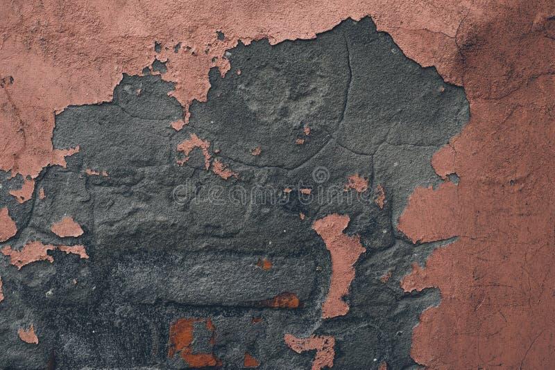 Розовая слезая краска на стене Абстрактная картина старого розового гипсолита на стене цемента Предпосылка grunge коралла треснут стоковые фото