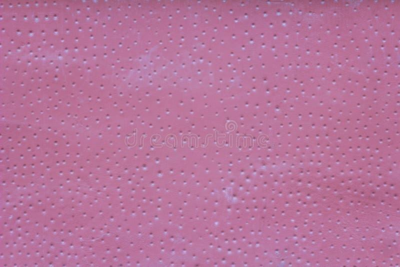 Розовая стена с царапинами, небольшими белыми круглыми отверстиями с тенями и пятнами краски E стоковые изображения rf