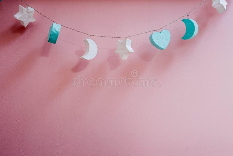 Розовая текстура предпосылки украшения луны и звезды стены стоковая фотография