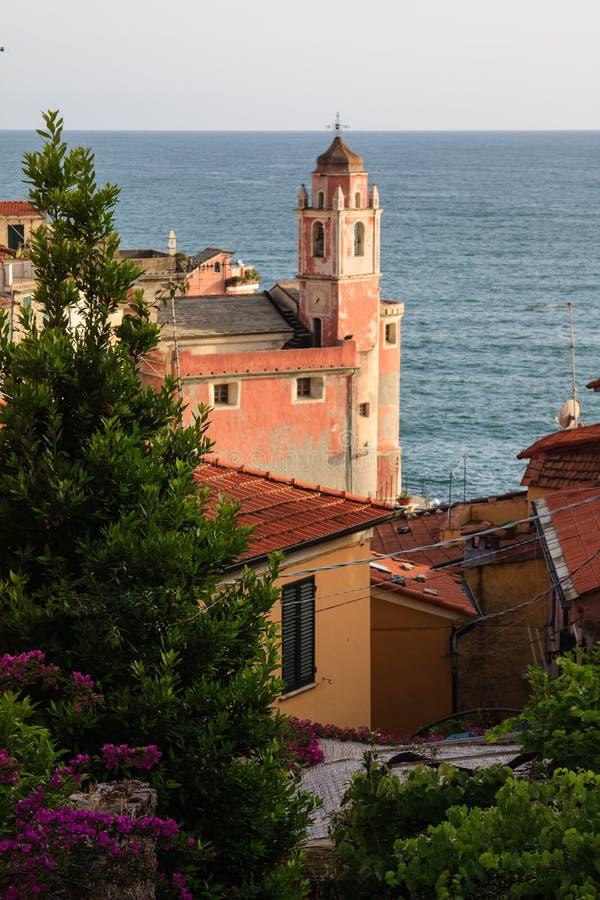 Розовая церковь Tellaro стоковое изображение rf