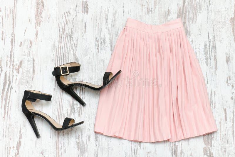 Розовая юбка и черные ботинки модная концепция стоковая фотография