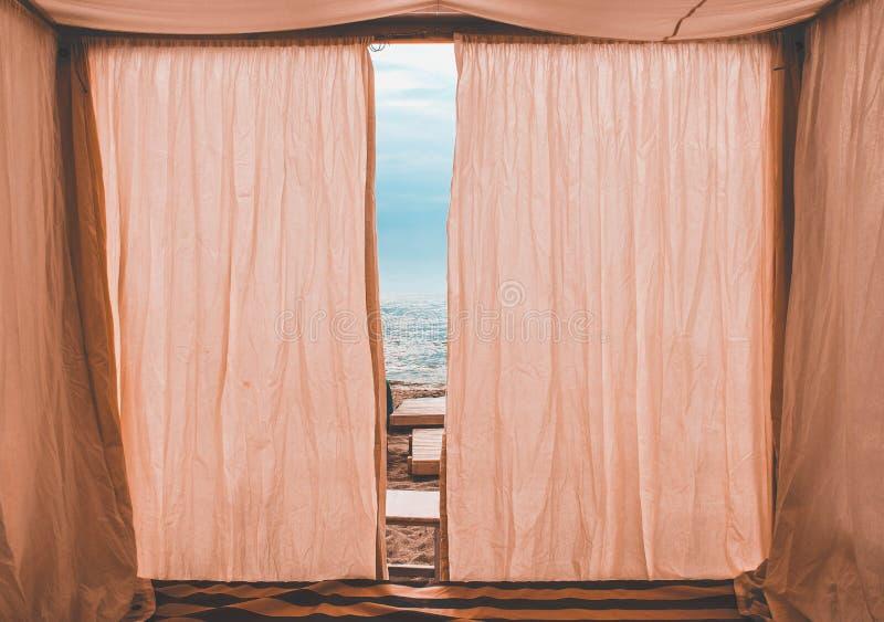 Розовое бунгало на пляже стоковая фотография rf