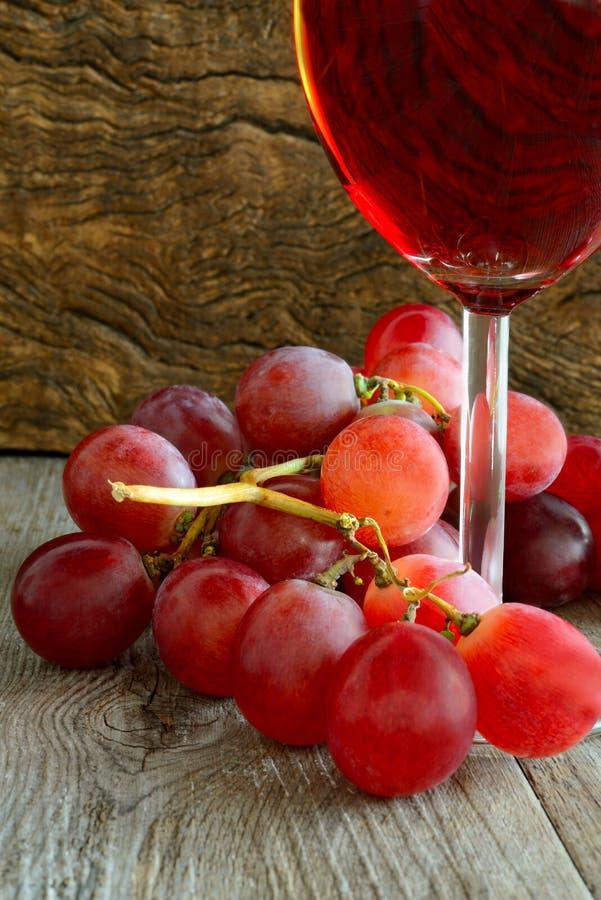 Розовое вино и виноградины стоковое изображение rf
