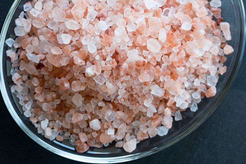 Розовое гималайское соль моря на темной предпосылке стоковое изображение