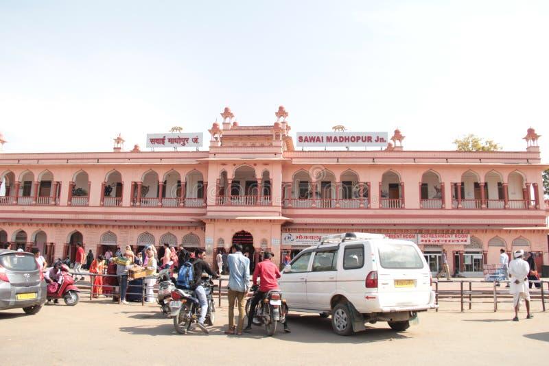 Розовое здание железнодорожного вокзала соединения Sawai Madhopur стоковые изображения