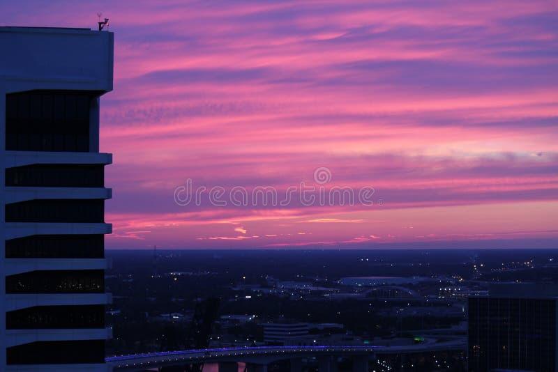 Розовое и фиолетовое небо захода солнца стоковые фотографии rf