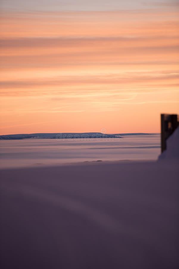 Розовое небо, идет снег совсем вокруг, красота лыжного курорта стоковое изображение