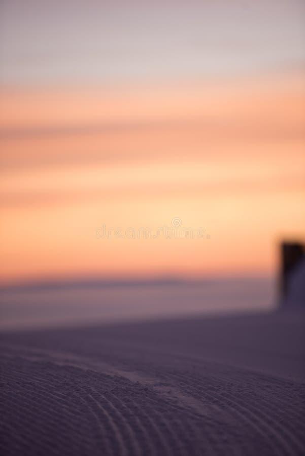 Розовое небо, идет снег совсем вокруг, красота лыжного курорта стоковые изображения