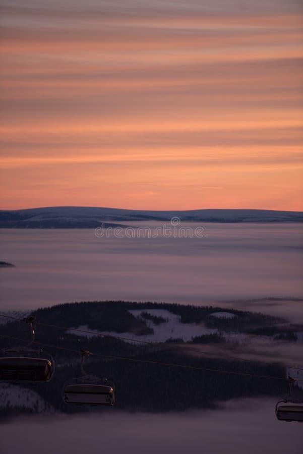 Розовое небо, идет снег совсем вокруг, красота лыжного курорта стоковые фотографии rf