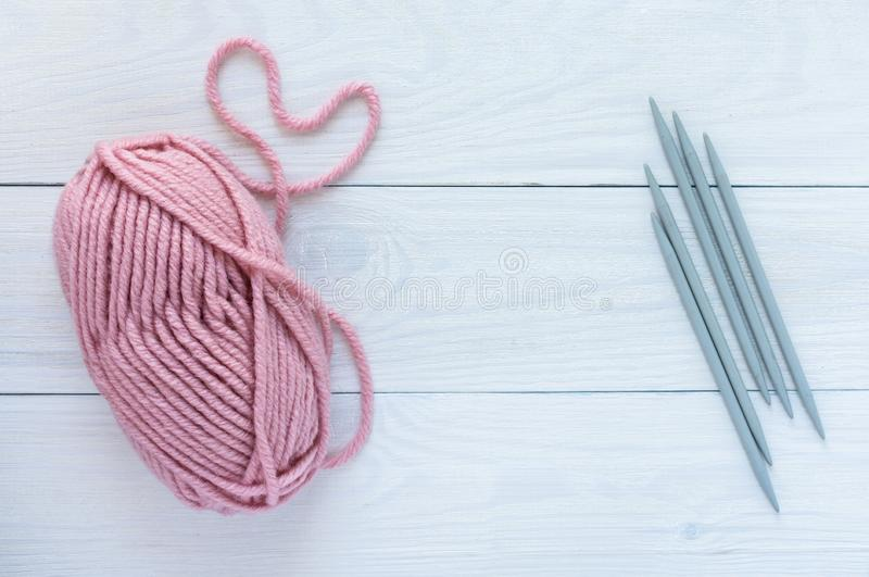 Розовое пасмо с вязать иглами стоковые фото