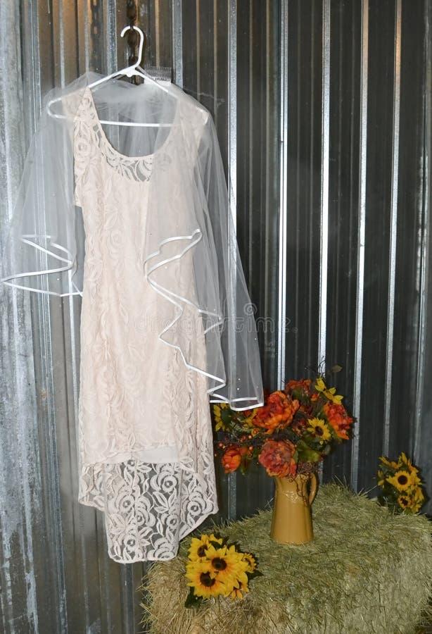 Розовое платье свадьбы в деревенской установке стоковая фотография