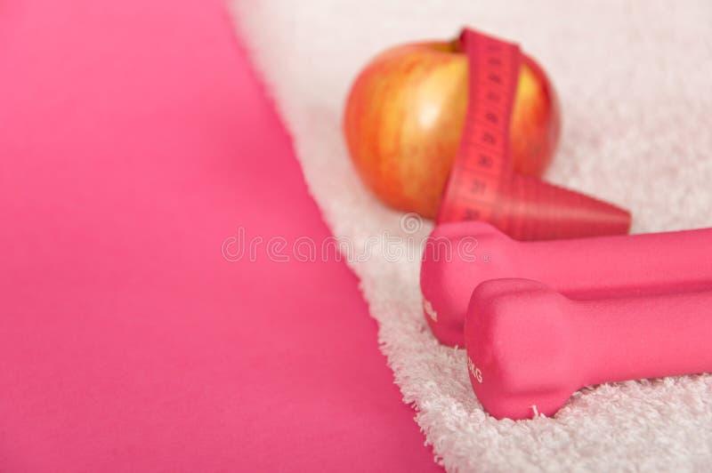 розовое полотенце утяжеляет белизну стоковое изображение rf