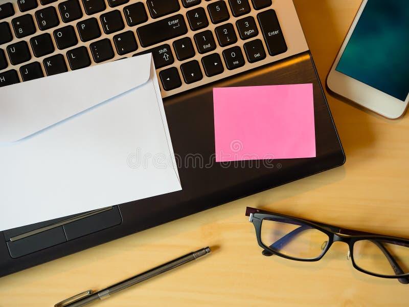 Розовое пустое примечание на таблице стоковое изображение rf