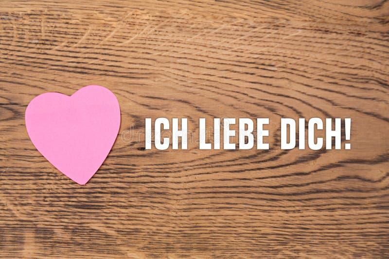 """Розовое сердце пост-оно с текстом """"dich liebe Ich """"на деревянной предпосылке Перевод: """"Я тебя люблю """" бесплатная иллюстрация"""