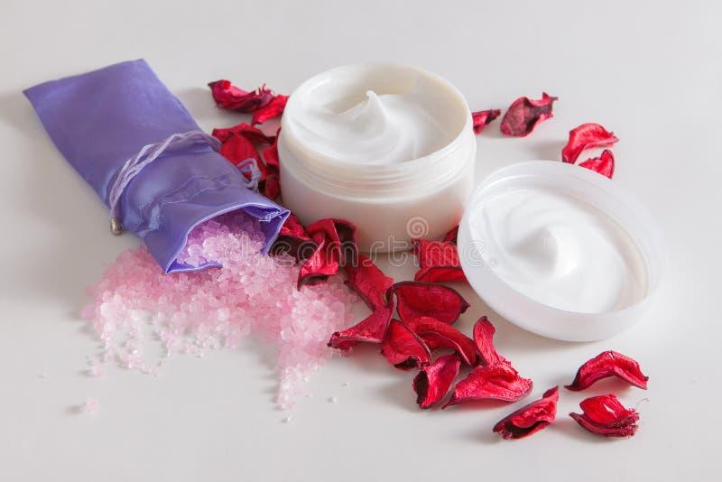 Розовое соль моря и moisturizing сливк стороны на таблице стоковое изображение