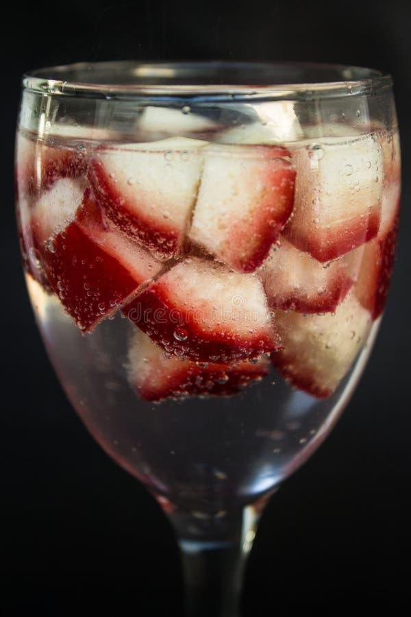 Розовое яблоко в траве стоковое изображение