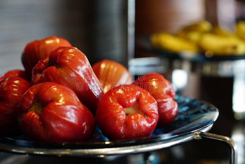 Розовое яблоко на плите в ресторане стоковое изображение