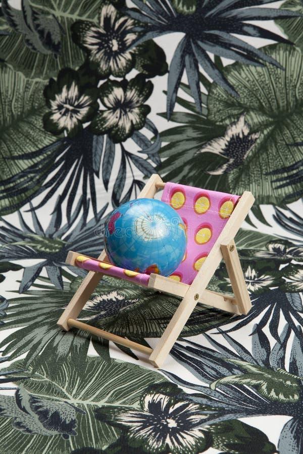 Розовое deckchair с шариком земли внутрь стоковая фотография rf