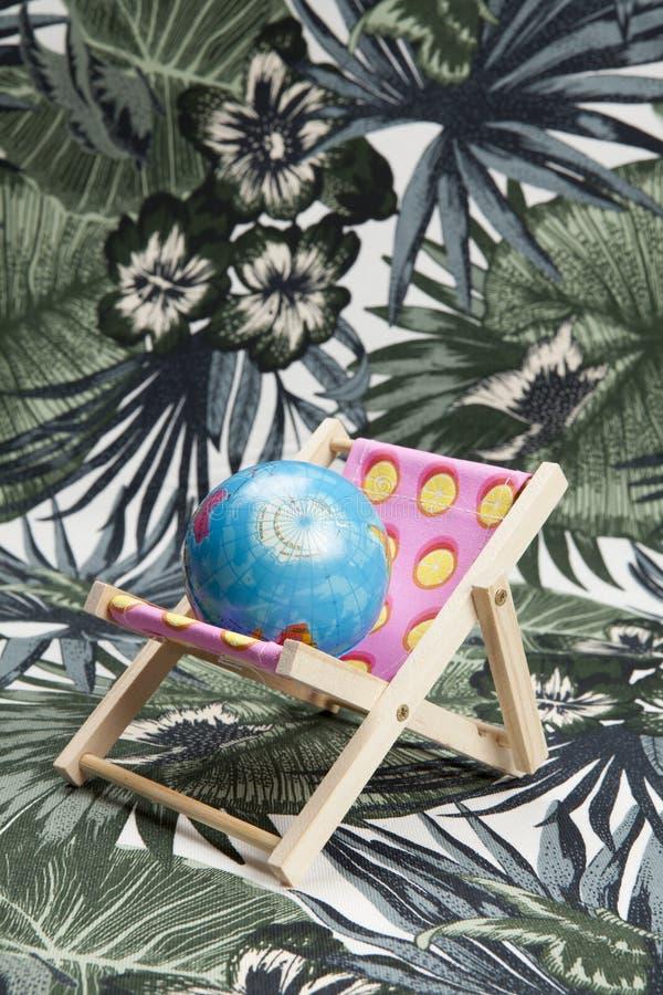 Розовое deckchair с шариком земли внутрь стоковые фотографии rf