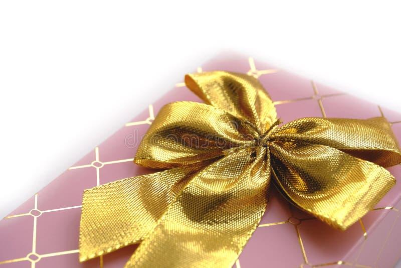 Розовое giftbox с золотым узлом стоковое фото