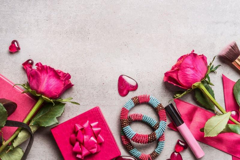Розовые аксессуары женщин для дня или датировка валентинок: пук роз, сердец, подарков, составляет, увенчивает, браслеты Взгляд св стоковое фото rf