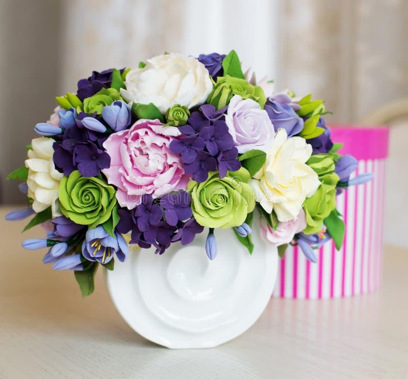 Розовые букет и подарочная коробка цветка на деревянном столе стоковые фотографии rf