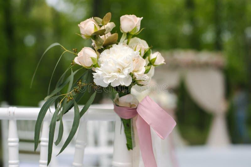 Розовые бутоны лютика и роз в tenderless boutonniere, крупном плане стоковые фото