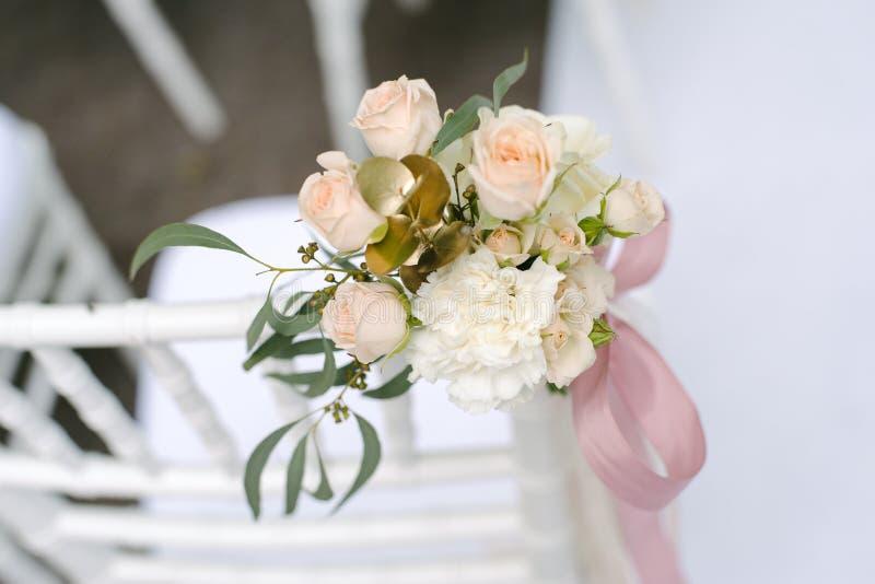 Розовые бутоны лютика и роз в tenderless boutonniere, крупном плане стоковое изображение rf