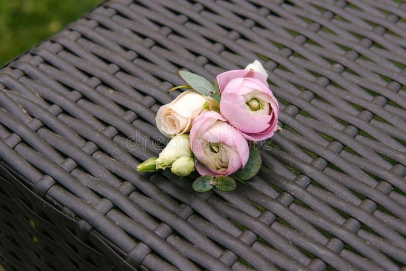 Розовые бутоны лютика и роз в tenderless boutonniere, крупном плане стоковое фото