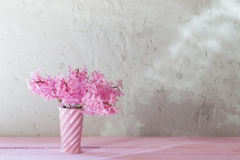 Розовые гиацинты в вазе на белой предпосылке стоковые изображения rf