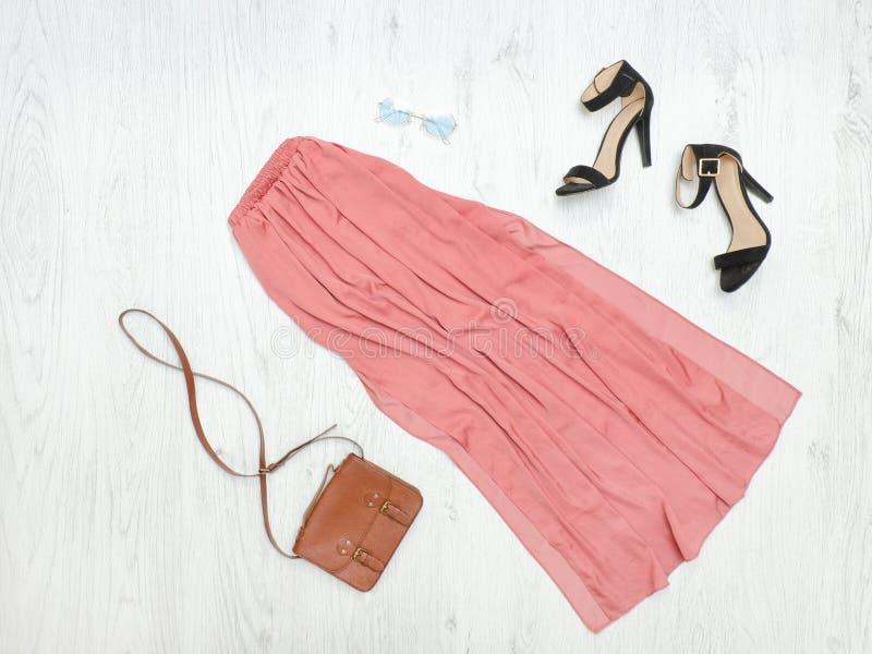 Розовые длинные юбка, сумка и солнечные очки модная концепция стоковая фотография rf