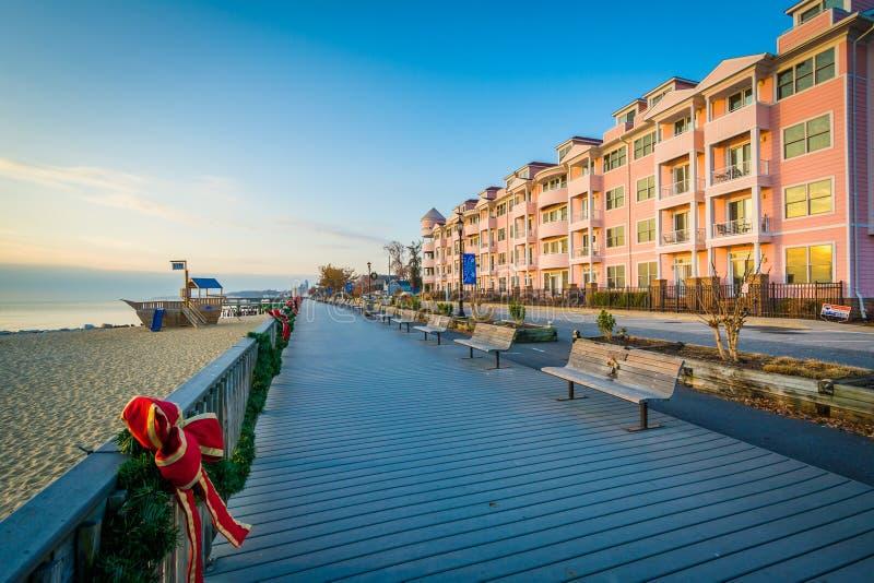 Розовые здание и променад кондоминиума в северном пляже, Мэриленде стоковые изображения rf