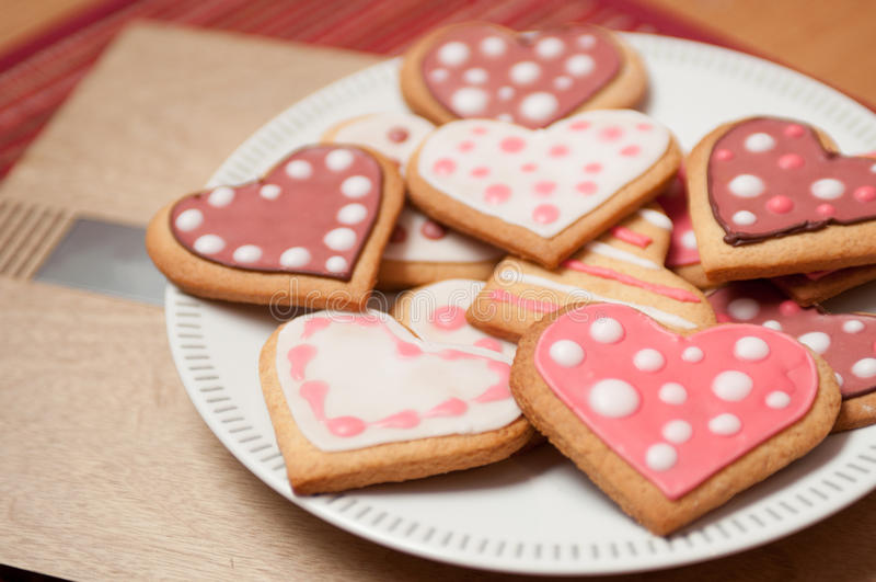 Розовые и белые печенья сердца стоковое изображение