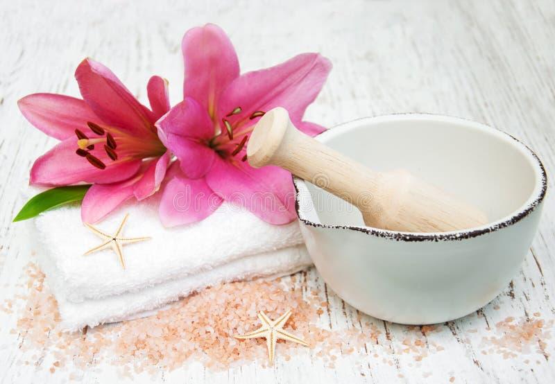 Розовые лилия, полотенца и соль моря стоковая фотография rf