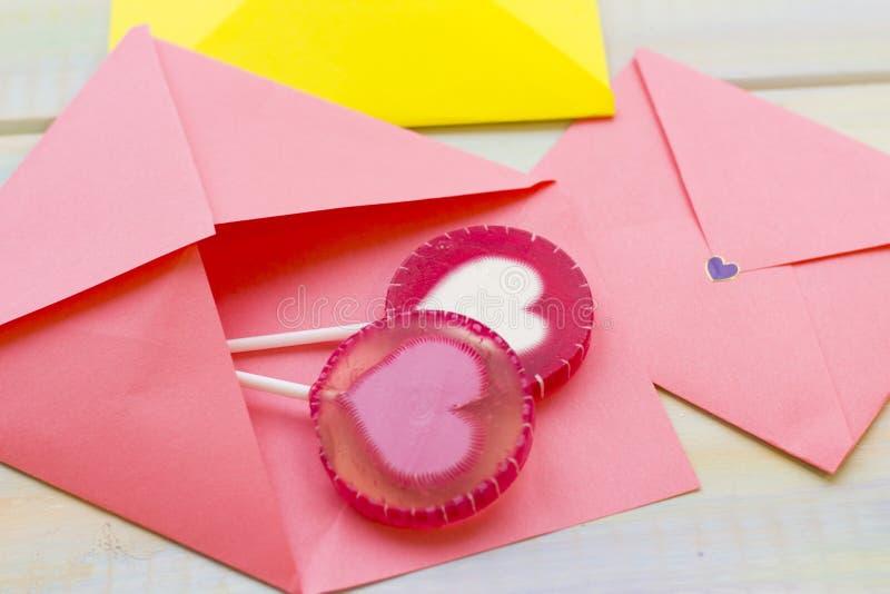 Розовые конверты и конфеты стоковое изображение rf