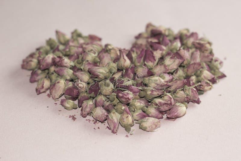 Розовые лепестки и сердце стоковые фотографии rf