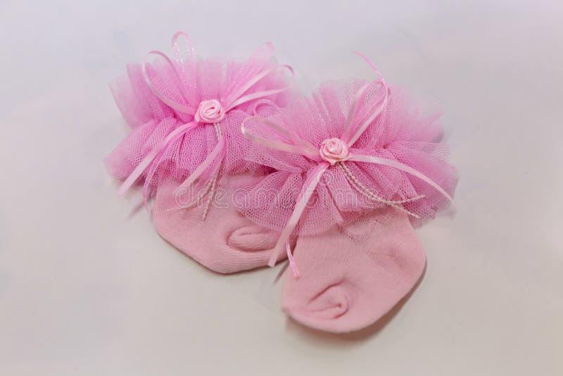 Розовые носки младенца на свете стоковая фотография rf