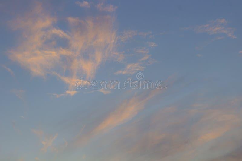 Розовые облака цирруса против голубого неба стоковые фотографии rf