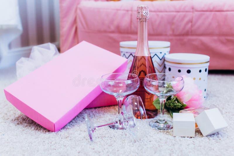Розовые пирожные свадьбы для партии в коробке золота стоковое фото rf