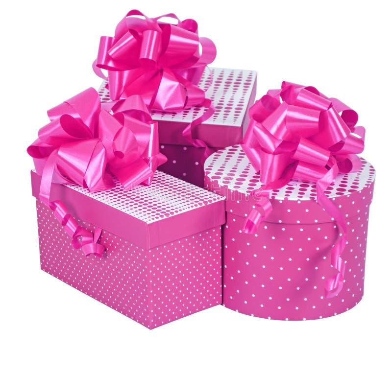 Розовые подарочные коробки со смычком ленты изолированным на белизне стоковые фотографии rf